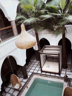 MARRAKECH TRAVEL GUIDE I | RIADS & SIGHTS on www.schwarzersamt.com    source: https://schwarzersamt.com/marrakech-travel-guide-riads-hotel-sights/    Marrakesh travel guide for students, Riad Thalge, Terre des Etoiles, Riad el Walaa Hotel & Spa, Medina & Souks, Ben Youssef Madras. Maison de la photography, Jardin Majorelle, Cascades Ouzoud, Quad Tour in the desert