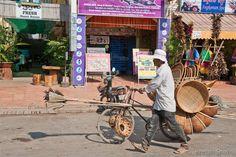 Kompong Cham : Plumeaux,paniers,balais,marchand à vélo