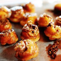 sticky pecan mini-buns from The Pioneer Woman. I might cheat and use frozen bread dough Pecan Sticky Buns, Pecan Rolls, Sticky Rolls, Mini Rolls, Cheddar, Cini Minis, Mini Bun, Pioneer Woman Recipes, Pioneer Women
