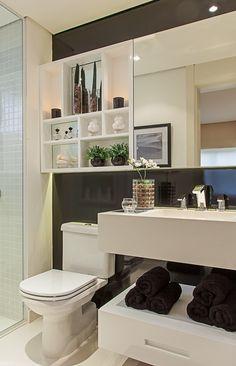 Com 5,76 m², o banheiro desenhado por Rodrigo Kolton se vale do contraste entre claro e escuro para dar maior profundidade ao espaço. Pastilhas 3 cm x 3 cm foram aplicadas somente nas áreas molhadas e a bancada de concreto é estreita