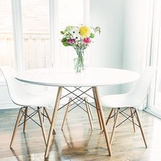 Our Eiffel table and chairs look seriously adorable in @s_idra's dining room, and that lovely bouquet has got us already craving springtime  #sharemyspot #mystructubestyle