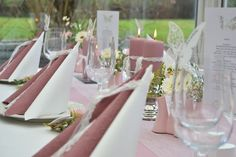 #borddækning #Gammel #Konfirmation #Rosa #til Gammel rosa borddækning til konfirmation. - #Borddækning #Gammel #konfirmation #Rosa #til Glamorous Wedding, Chic Wedding, Thanksgiving Name Cards, Log Centerpieces, Beach Wedding Inspiration, The Knot, Wedding Decorations, Table Decorations, Alice In Wonderland Party