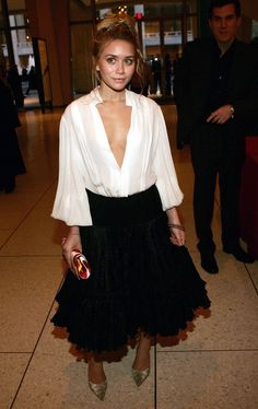 """Pin for Later: 84 Styling Hacks We Learned From Mary-Kate and Ashley Olsen A Plunging Neckline Should Be Played Up With Feminine Frills Ashley Olsen at a """"Stars in the Sky"""" benefit in Ashley Olsen Style, Olsen Twins Style, Maddie Mackenzie, Mackenzie Ziegler, Petite Fashion, Curvy Fashion, Fall Fashion, Style Fashion, Olsen Fashion"""