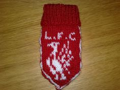 Da kommer mønsteret på Liverpoolvottan til baby:) Legg opp 42 masker på pinnestr strikk rett og vrang 7 cm. Bytt til pinn. Manchester United, Liverpool, Barn, Pictures, Converted Barn, Man United, Barns, Shed, Sheds