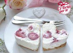 Mini cheesecake cuor di fragola: è sempre il momento giusto per dire a qualcuno che è speciale!  Clicca e scopri la #ricetta...