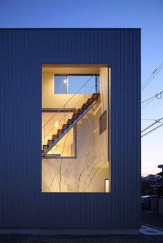 Construído na 2014 na Matsuyama, Japão. Imagens do Kei Sugino. O terreno desta casa está localizado numa área residencial. Foram feitos dois pedidos principais: dispor todo o espaço comum no segundo pavimento e...