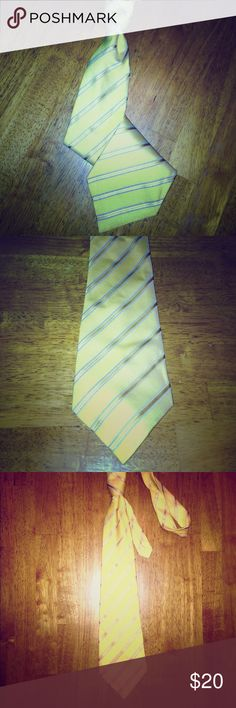 👔 Yellow & Silver Diagonal Striped Tie 👔 👔 Yellow Light Weight Tie w/ Gold & Grey-ish Silver Diagonal Stripes • No brand listed • No material listed, but pretty sure this is Polyester 👌🏽GREAT CONDITION👌🏽 Accessories Ties