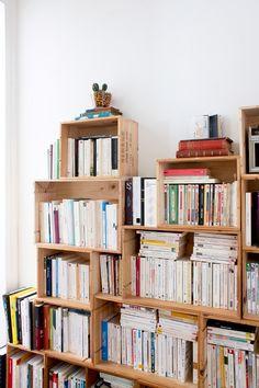 Superposition de caisses de bois de tailles différentes pour cette bibliothèque.