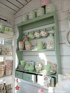 Dřevěné rustikální poličky v úžasných chaloupkovských barvách s krásnou keramikou ...nádhera... pinned with Pinvolve