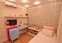 quarto de menina colorido. azul e rosa floral. perfeição...quero um frigobar no meu quarto!!!!