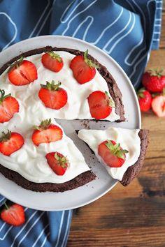Kladdkaka   Schokoladenkuchen aus Schweden mit Creme und Erdbeeren
