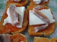 Tosta de tomate, queso fresco y anchoas Ver receta: http://www.mis-recetas.org/recetas/show/41172-tosta-de-tomate-queso-fresco-y-anchoas