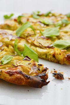 Si vous n'avez jamais goûté à la pizza aux pommes de terre, il est temps! Un petit délice idéal pour un en-cas ou un apéro entre amis. Pizza Au Levain, Salmon Burgers, Comme, Ethnic Recipes, Simple, Food, Gourmet, Drizzle Cake, Vegetarische Rezepte
