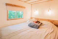 Uitzicht op het natuur? Geregeld! #uitzicht #natuur #slaapkamer #interieur #decoratie #glamping #stoerbuiten Lodges, Strand, Glamping, Diy, Furniture, Home Decor, Chalets, Cabins, Decoration Home
