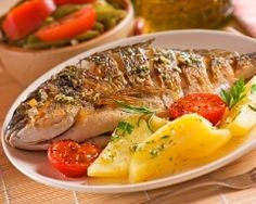 Baked sea bream with potatoes - MAJ - - Dorade au four aux pommes de terre Baked potato bream (easy, fast) – A CuisineAZ recipe Healthy Picnic, Healthy Dinner Recipes, Croatian Recipes, Italian Recipes, Fish Dishes, Fish And Seafood, Fish Recipes, Family Meals, Food And Drink