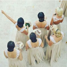 We ❣ the shot, the hair, the bouquets and the dresses! Beautiful coordination! Image via @luciakosfloraldesigner #thecoordinatedbride #coordinatedbridesmaids #wedding #bridesmaids