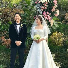 The Descendants of the Sun couple is married! Beautiful Song Hye Kyo and her gorgeous man, Song Joong Ki tied the knot on October 2017 at the popular Shilla Hotel in Seoul. Song Hye Kyo, Song Joong Ki, Celebrity Couples, Celebrity Weddings, Wedding Couples, Cute Couples, Wedding Pics, Kdrama, Songsong Couple