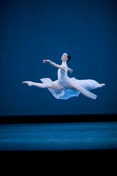 Lauren Cuthbertson in Serenade © ROH / Johan Persson 2009 Ballet Leap, Ballet Dancers, Bolshoi Ballet, Ballet Girls, Modern Dance, Contemporary Dance, Ballet Photos, Dance Movement, Dance Photography