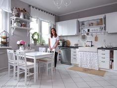 Wnętrze dnia - Stylowa kuchnia z białymi meblami - Urzadzamy.pl