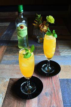 バカルディ クラシック カクテルズ モヒート を使用した簡単!大人カクテル 06 今日もシェーカー不要で カンタン大人カクテル おうちBarバージョンプラスするのは、オレンジ果汁とジンジャエール。仕上げにスペアミントの葉の香りを開かせて添えます。絞りたて