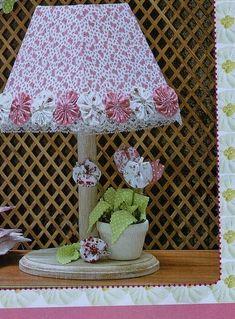 Abajur forrado com tecido, com vaso de tulipas de tecido. R$ 75,00