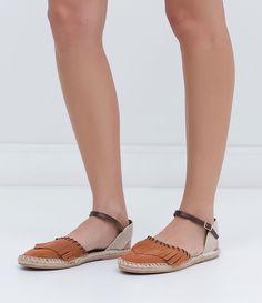 Sapatilha feminina  Com franjas  Marca: Satinato  Material: Camurça       COLEÇÃO INVERNO 2016     Veja outras opções de    sapatilhas femininas.          Sobre a marca Satinato     A Satinato possui uma coleção de sapatos, bolsas e acessórios cheios de tendências de moda. 90% dos seus produtos são em couro. A principal característica dos Sapatos Santinato são o conforto, moda e qualidade! Com diferentes opções e estilos de sapatos, bolsas e acessórios. A Satinato também oferece para as…
