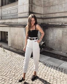 10 Black belt + white pants: The practical and nothing obvious duo - Schicke Kleider Style Outfits, Classy Outfits, Trendy Outfits, Cool Outfits, Classic Fashion Outfits, Fashion Dresses, Semi Casual Outfit, Casual Chic, Look Fashion