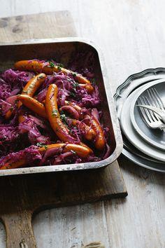 Gebratene Würstchen mit Blaukraut | Zeit: 15 Min. | http://eatsmarter.de/rezepte/gebratene-wuerstchen-mit-blaukraut