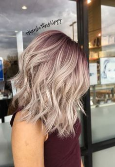 Visit for more 18 kurze blonde lila Haarfarbe Blonde Frisuren Balayage Lila Rosa Ombre Honig The post 18 kurze blonde lila Haarfarbe Blonde Frisuren Balayage Lila Rosa Ombre Ho appeared first on frisuren. Blonde Hair Purple Roots, Cool Blonde Hair, Blonde Lob, Blue Roots, Short Blonde, Blonde Hair With Color, Blonde Pink Balayage, Blonde Hair With Pink Highlights, Rose Gold Hair Blonde