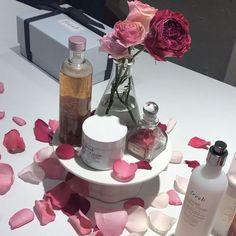 드라마틱한 수분 충전과 진정 효과가 간절하다면 #프레쉬 의 #로즈페이스마스크 와 #로즈딥하이드레이션토너 의 리얼 로즈 꽃잎 듀오에 주목해보세요 특히 토너를 활용한 3분 로즈 꽃잎 스킨법과 함께라면 활짝 피어난 장미 꽃잎처럼 피부도 화사해질거에요!  via HARPER'S BAZAAR KOREA MAGAZINE OFFICIAL INSTAGRAM - Fashion Campaigns  Haute Couture  Advertising  Editorial Photography  Magazine Cover Designs  Supermodels  Runway Models