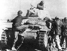 Soldiers getting into their positions on this M13/40
