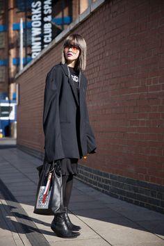 Fil Xiaobai Streetstyle in Paris, sunglasses, black long blazer, black tee t-shirt, black ankle boots