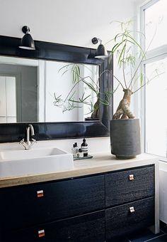 Elegant bathroom furniture with a minimalistic sink and a magnificent mirror above. Beautiful Bathrooms, Modern Bathroom, Small Bathroom, Bad Inspiration, Bathroom Inspiration, Interior Inspiration, Bathroom Mat Sets, Craftsman Bathroom, New Toilet