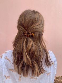 tortoise hair pin Our new LA Girl Hair Barrettes are the perfect accessory for any outfit! Our barrettes are available in Tortoise arrow shaped barrettes, Tortoise rectangle shaped, and Gold barrettes set. All barrettes feature gold hardware. Face Shape Hairstyles, Straight Hairstyles, Girl Hairstyles, Bandana Hairstyles, Banana Clip Hairstyles, Cute Fall Hairstyles, Easy Hairstyles, Wedding Hairstyles, Hairdos For Short Hair