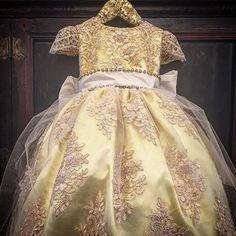 Vestido de Festa Infantil. Com a estréia do filme A Bela e a Fera, os vestidos de luxo na cor amarela certamente serão um dos mais desejados. Linda produção do Atelie Aleli.