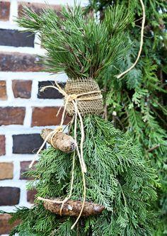 Jos kaipaat vaihtoehtoa perinteiselle kuuselle, kiedo joulupuu havunoksista. Katso Viherpihan helpot ohjeet.