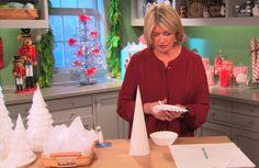 FACILE ET AMUSANT! Voici comment faire une superbe décoration de Noël, qui soit à la fois facile à réaliser et qui ne coûte pratiquement rien. Avec de la colle et des filtres à café seulement, vous pourrez créer de magnifiques sapins de Noël blancs. Voici comment la très connue décoratrice intérieure, Martha Stewart, les fabriquent...