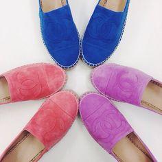 Wir lieben die bunten Espadrilles von Chanel #espadrilles #chanel