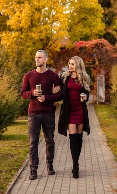 Couple Photoshoot Poses, Couple Photography Poses, Autumn Photography, Fall Photo Shoot Outfits, Picture Outfits, Winter Outfits, Fall Couple Pictures, Bild Outfits, Matching Couple Outfits
