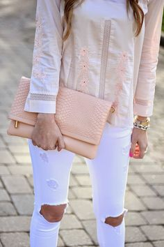Perfect spring look - white jeans, pale pink blouse and handbag. For All Things Lovely, Casual Outfits, Cute Outfits, Amazing Outfits, Spring Looks, Street Chic, Spring Summer Fashion, Passion For Fashion, White Jeans