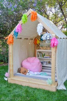 treehouse designs Summer Reading Nook VINTAGE PARADISE 1 – Check out this awesome Summer Reading Nook from Vintage Revivals – a magical place for kids to curl up with a good book! Check out the building plans to make one of…Read Pallet Playhouse, Backyard Playhouse, Build A Playhouse, Playhouse Ideas, Backyard Fort, Backyard For Kids, Diy For Kids, Garden Kids, Backyard Ideas