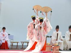Shrine maiden of the traditional religion(shinto) of Japan. This is a dance to pray to God. Japanese Shrine, Japanese Kimono, Japanese Art, Shrine Maiden, All About Japan, Japanese Costume, Asian History, Japan Photo, Japanese Outfits