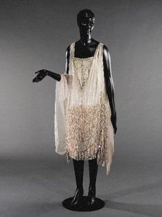 From designer Agnès made in France from around Made from pale pink silk muslin, rhinestone and gilt ball embroidery. Found at the Palais Galliera. 20s Fashion, Vintage Fashion, Style Année 20, Vintage Dresses, Vintage Outfits, Palais Galliera, Flapper Style, 1920s Style, 20s Flapper