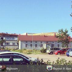 Nikkilän vanha puukoulu syksyllä 2015. Den gamla träskolan i Nickby på hösten 2015.  Kiitos kuvasta @gitosm #repost - Uusi koulu nousee, vanha vielä pystyssä. 08/2015 #puukoulu #muistojennikkilä #parkkipaikkka #nikkilä #nickby #sipoo #sibbo