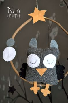 DIY Owl Mobile: Nice Picture Tutorial, from Graphisme Nem. Sewing For Kids, Diy For Kids, Crafts For Kids, Felt Owls, Felt Animals, Owl Crafts, Diy And Crafts, Owl Mobile, Creation Couture