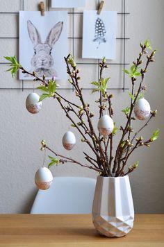 Soterstrauch mit selbst bemalten Eiern