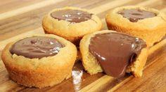Τα τέλεια cupcakes με ζύμη μπισκότου γεμιστά με πραλίνα φουντουκιού. Το απόλυτοεθιστικό γλύκισμα που θα γίνει η αγαπημένη συνήθεια μικρών και μεγάλω. Μια Greek Sweets, Greek Desserts, Mini Desserts, Cookie Desserts, Cookie Cups, Mini Cakes, Cupcake Cakes, Cupcakes, Sweets Recipes
