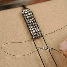 13369 Knyttet armbånd af lædersnøre og facetperler