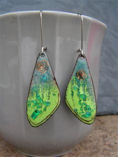 boucles d'oreilles les éternelles collection or , en cuivre émaillé , ailes gris/ bleu et vert , attaches acier , pièce unique : Boucles d'oreille par lilicat