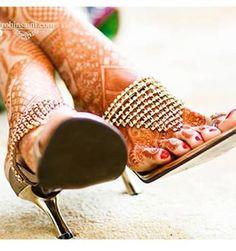 Trendy and happy bridal feet. Bridal shoes or heels Indian Wedding Bride, Wedding Shoes Bride, Hindu Bride, Bride Shoes, Indian Bridal, Bridal Sandals, Sandals Wedding, Foot Henna, Shoe Story